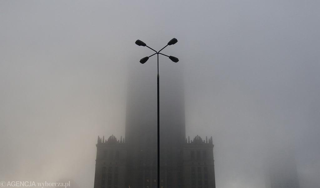 Pałac Kultury i Nauki za mgłą