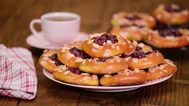 Drożdżówka przygotowana samodzielnie w domu to jedna z najlepszych propozycji na drugie śniadanie do pracy lub szkoły