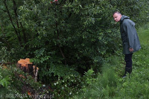 Prezydent Andrzej Duda na podtopionych terenach w Krzesławicach