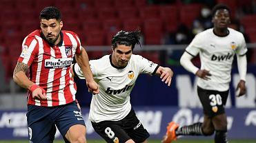 Luis Suarez (L) rywalizuje z hiszpańskim pomocnikiem Valencii Carlosem Solerem podczas meczu ligi hiszpańskiej pomiędzy Club Atletico Madryt a Valencia CF. Madryt, 24.01.2021.