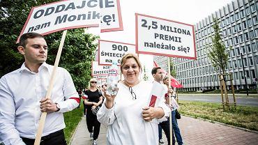 Szefowa Związku Zawodowego Personelu Pokładowego i Lotniczego Monika Żelazik podczas demonstracji pracowników LOT. Warszawa, 13 czerwca 2018