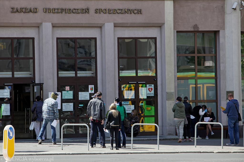 Kolejka petentów przed Zakładem Ubezpieczeń Społecznych w Poznaniu.