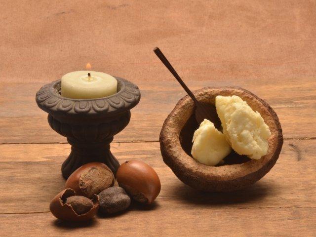 Naturalne, nierafinowane masło shea ma kolor żółty lub beżowy oraz charakterystyczny, orzechowy zapach. Rafinowane jest natomiast białe i bezwonne.