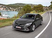Toyota Camry 2.5 Hybrid Executive VIP - opinie Moto.pl. Drugi rząd na pierwszym planie