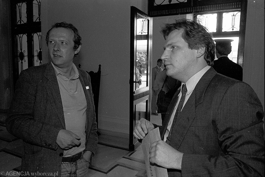 Adam Michnik i przedstawiciel komunistów Aleksander Kwaśniewski - w Sejmie 04.07.1989
