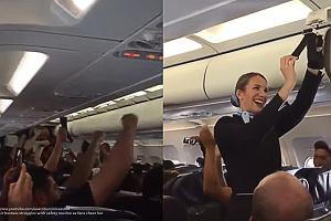 """Tłumaczyła, jak zachować się w razie niebezpieczeństwa, kiedy pasażerowie zaczęli kibicować. """"To brak szacunku"""""""