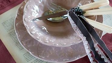 Ozdobna zastawa stanowi podstawę dekoracji stołu