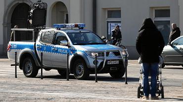 Policyjny radiowóz z nagłośnieniem