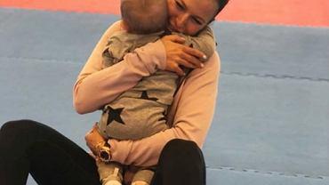 Anna Lewandowska czule całuje swoją małą przyjaciółkę. Klara rośnie jak na drożdżach