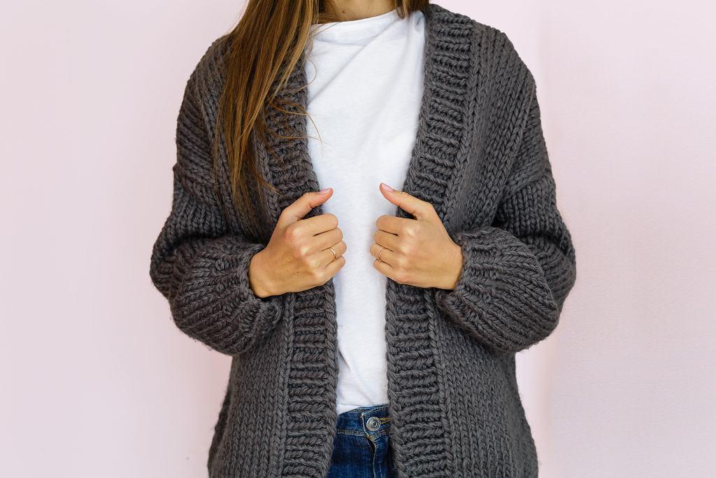 Długi kardigan damski to must-have każdej stylowej kobiety. Zdjęcie ilustracyjne, alinabuphoto/shutterstock.com