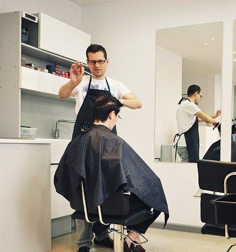 Kobiety się zwierzają, faceci chwalą. O czym rozmawiamy podczas wizyty u fryzjera?