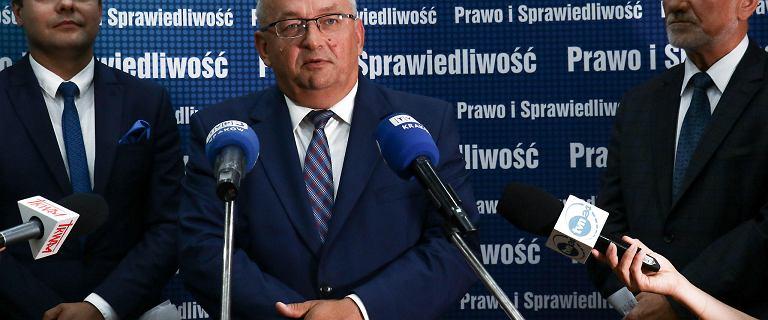 Od 2020 roku opłata paliwowa w górę. Andrzej Adamczyk podpisał dokument