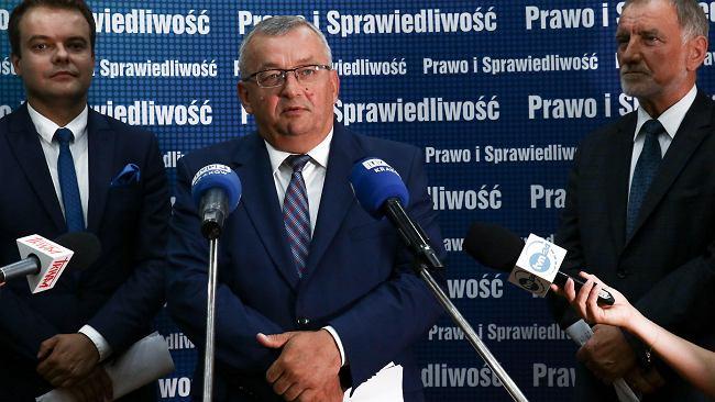 Od 2020 roku opłata paliwowa w górę. Minister Infrastruktury Andrzej Adamczyk podpisał dokument