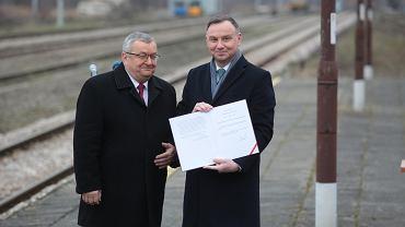 Prezydent Andrzej Duda i minister infrastruktury Andrzej Adamczyk po podpisaniu ustawy wprowadzającej program 'Kolej Plus'