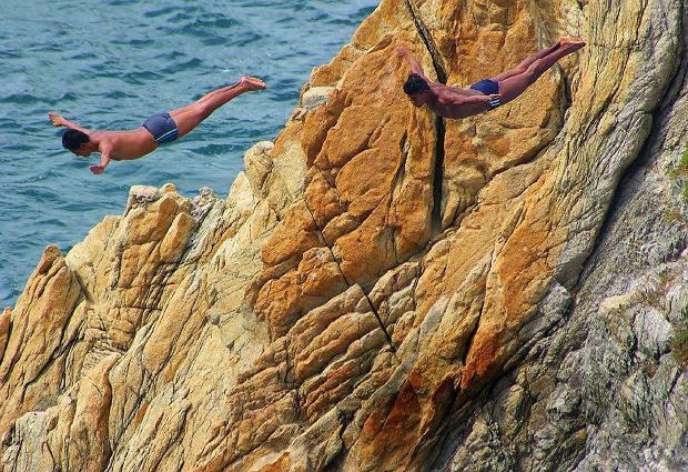 Acapulco - pokazy skoków z La Quebrada, 35-metrowej skały śmierci, zawsze przyciągały tłumy turystów; jednak dziś jest ich niewielu, bo miastem rządzi mafia