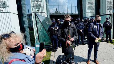 Sędzia Igor Tuleya przed budynkiem SN