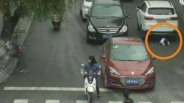 2-latka wybiega na ruchliwą ulicę i kuca
