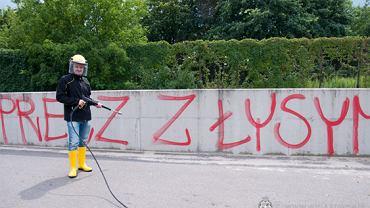 Prezes Jacek Bednarz usuwa napisy przy stadionie Wisły Kraków