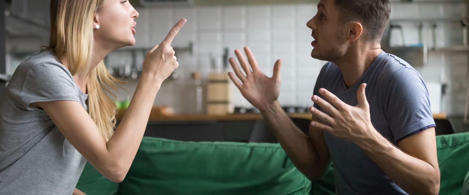 'Jak mantrę powtarzamy: Zostań w domu, sugerując, że dom jest schronieniem. A bywa wręcz odwrotnie' (Shutterstock.com)