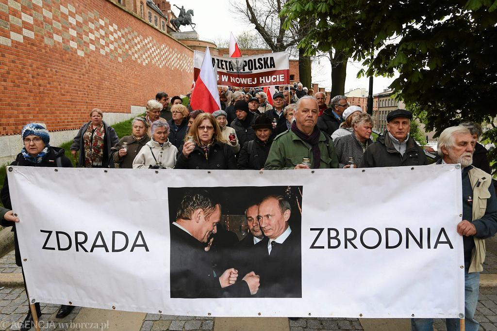 Zwolennicy PiS podczas obchodów okrągłej, 85. miesięcznicy smoleńskiej pod Wawelem. Były premier Donald Tusk dostał kolejne wezwanie na początek lipca. Wysłała je Prokuratura Krajowa prowadząca 'nowe śledztwo' ws. katastrofy smoleńskiej