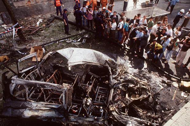 Madryt, 21 czerwca 1993 r. Zniszczenia po wybuchu bomby umieszczonej przez terrorystów z ETA w samochodzie przy ul. Joaquina Costy. Godzinę później zamachowcy zdetonowali drugą bombę podłożoną w samochodzie stojącym 50 m od miejsca wybuchu pierwszej. Atak wymierzony był w hiszpańską armię, zginęło w nim siedmiu żołnierzy jadących ulicą w ciężarówce, 29 osób zostało rannych, wybuchy uszkodziły pobliskie budynki, z których ewakuowano 90 rodzin.
