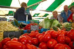 Przymrozki i deszcz ostro podbijają ceny owoców i warzyw. Tegoroczne zbiory będą słabe, więc w górę idą ceny nawet tego, co zostało w chłodniach z zeszłego roku