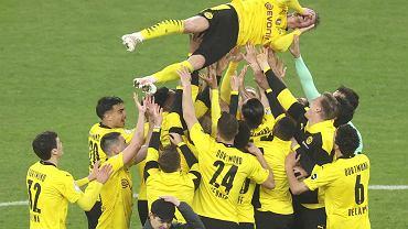 Piłkarze Dortmundu świętują zdobycie Pucharu Niemiec na zakończenie meczu finałowego z RB Lipsk w Berlinie. W powietrzu płaczący Łukasz Piszczek który kończy karierę w Borussii