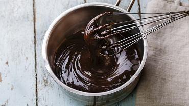 Polewę czekoladową można przyrządzić na dwa sposoby - z kakao lub z czekolady