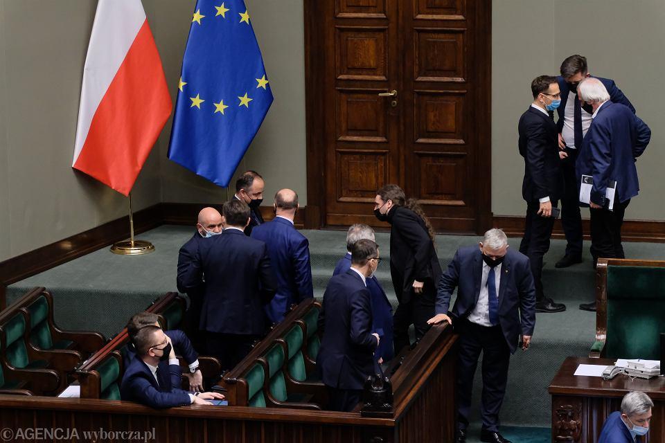 Bruksela oczekuje, że Polska wpisze do swego KPO mocniejsze mechanizmy zapobiegające politycznemu rozdawnictwu pieniędzy unijnych. Na zdjęciu: Posłowie podczas posiedzenia w sprawie akceptacji Krajowego Planu Odbudowy. Warszawa, Sejm, 4 maja 2021