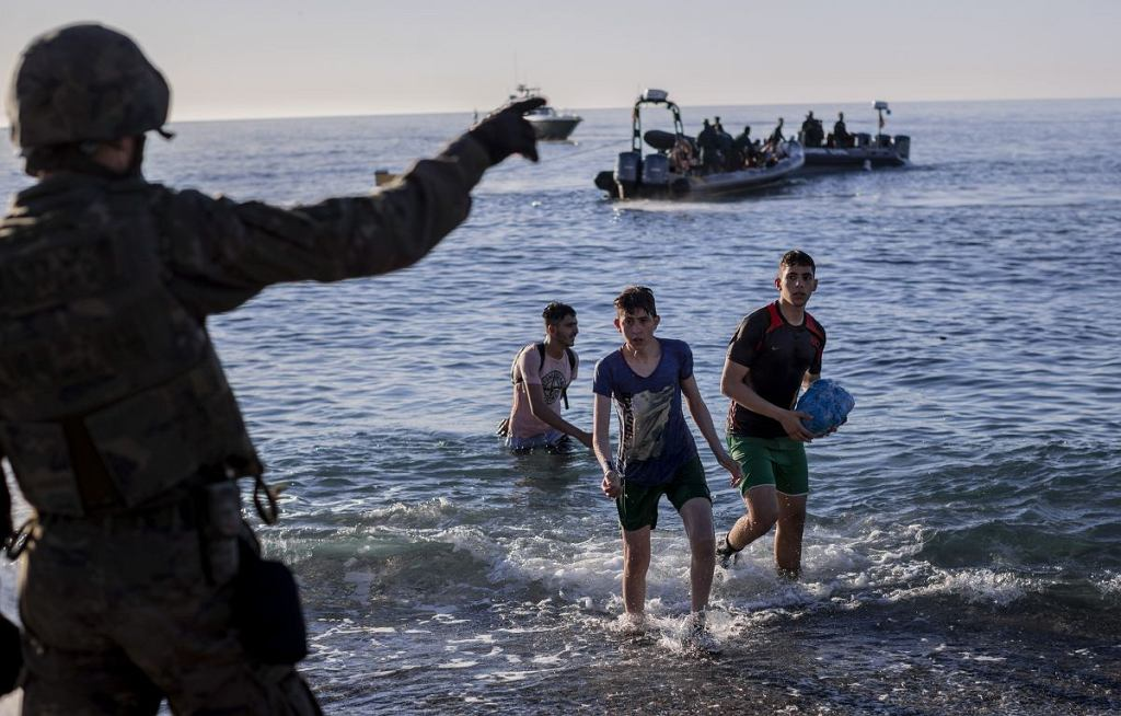 Premier Hiszpanii poinformował, że z Ceuty deportowano do Maroka 4800 nielegalnych imigrantów. Od poniedziałku do Ceuty dotarło według oficjalnych danych hiszpańskiego rządu ponad 8 tys. nielegalnych imigrantów