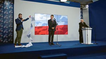 Oświadczenie w Warszawie prezesa Prawa i Sprawiedliwości Jarosława Kaczyńskiego i  marszałka Sejmu Marka Kuchcińskiego