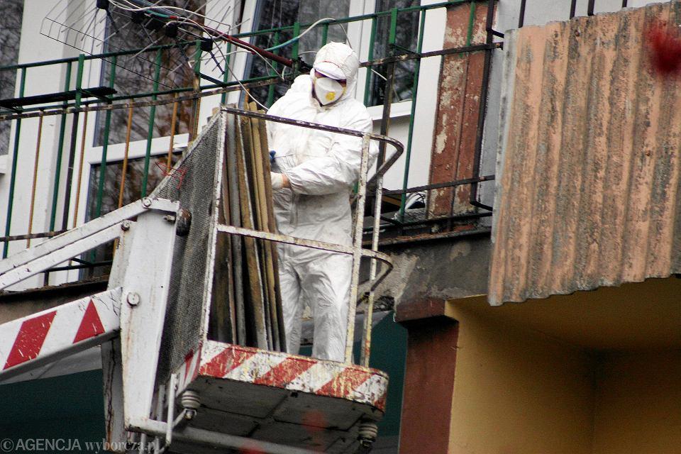 Ze względu na zagrożenie oraz przepisy wyroby z azbestem może usuwać tylko specjalistyczna firma