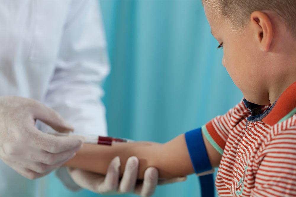 Badanie krwi u dzieci - objaśnienie symboli sprawia laikom większy kłopot niż stwierdzenie, który badany parament wykroczył poza granice normy.