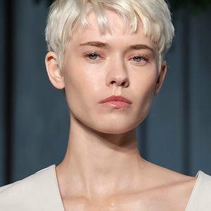 Krótkie fryzury mogą też niejako pełnić funkcję terapeutyczną - dodają pewności siebie, odwagi i charakteru. Wygodne i praktyczne, dają też szerokie pole do eksperymentów, jeśli chodzi o stylizację i koloryzację./ Pokaz Boss SS21