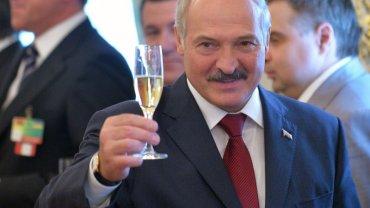 nia urzędników, antykorupcyjna propaganda w mediach - Aleksander Łukaszenka po raz kolejny sięga w kampanii wyborczej po hasło walki z korupcją.