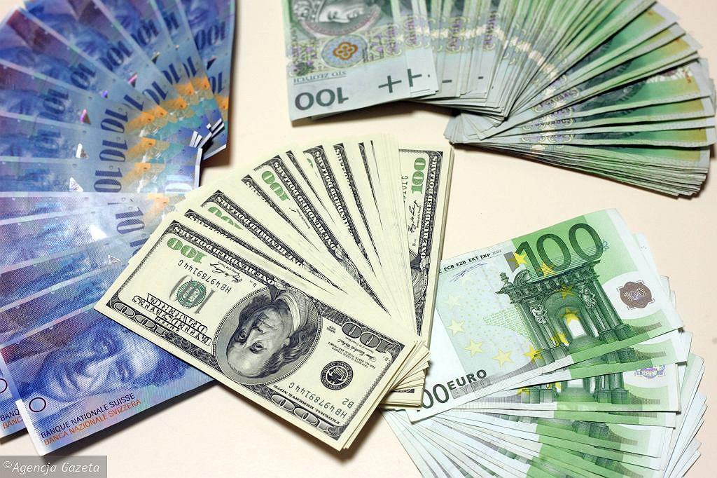 Kursy walut 22.06. Główne waluty w dół [Kurs dolara, funta, euro, franka]