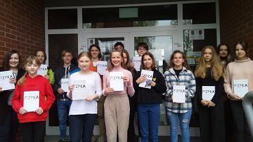 Uczniowie klas VII i VIII z Sieprawia ze swoim podręcznikiem do fizyki