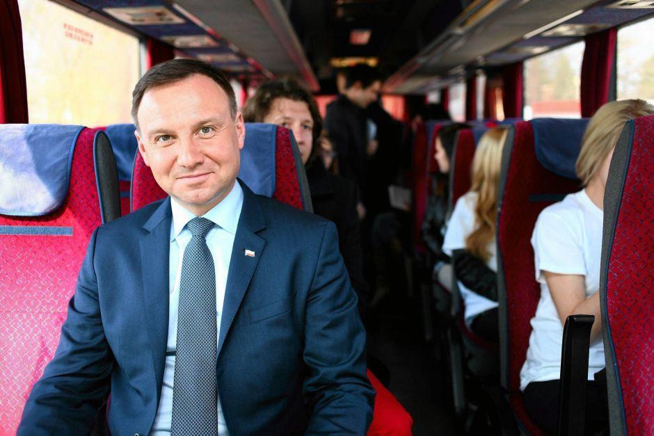 Andrzej Duda w kampanijnym autobusie
