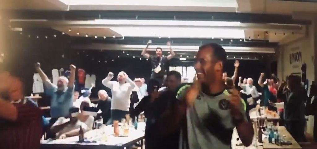 Szalona radość piłkarzy Bremer SV po wylosowaniu Bayernu