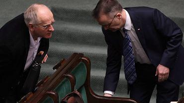 Media narodowe, które objaśnią Polakom 'dobrą zmianę' PiS, tworzy wiceminister kultury Krzysztof Czabański (z lewej). Na zdjęciu z Jarosławem Sellinem podczas posiedzenia Sejmu 24 lutego 2016 r.