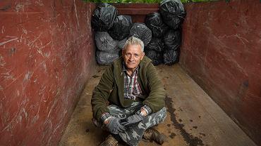 Waldemar Woźniak - ma 70 lat, jest emerytowanym pracownikiem Poczty Polskiej. W Pszennie pod Świdnicą mieszka od 40 lat. Od czterech lat sprząta swoją gminę. Chodzi tak szybko, że trzeba za nim biec