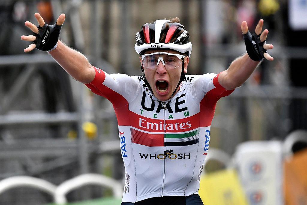 Tadej Pogacar mija metę 9. etapu Tour de France