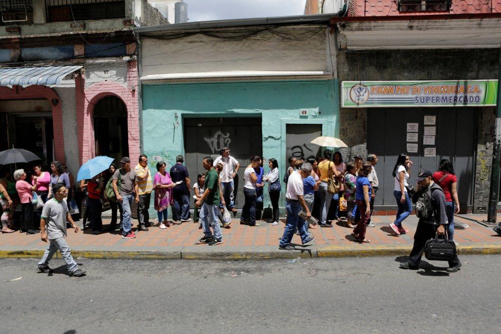 Mieszkańcy Caracas stoją w długich kolejkach po podstawowe produkty