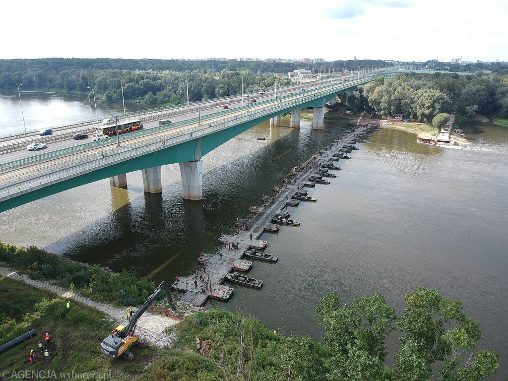 GTymczasowy most pontonowy przez Wisle przy Moscie Plnocnym w Warszawie