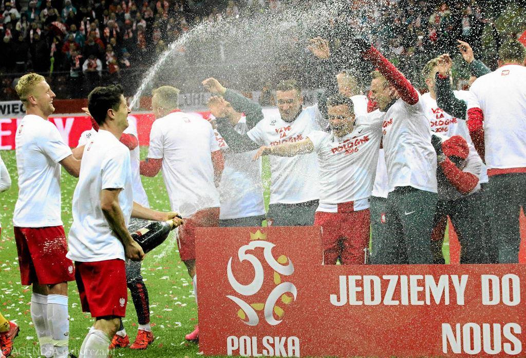 Polacy fetują awans do Mistrzostw Europy.Szampan lał się, jak widać, strumieniami.