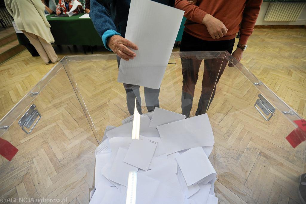 Jak będą wyglądać wybory w cieniu koronawirusa? Urna wyborcza - Zdjęcie ilustracyjne