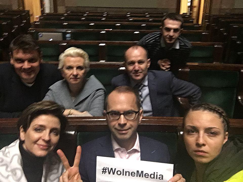 Posłowie opozycji protestujący w Sali Plenarnej Sejmu. W pierwszym rzędzie od lewej: Joanna Mucha (PO),  Michał Szczerba (PO), Kinga Gajewska (PO) , w drugim rzędzie od lewej:  Adam Korol (PO), Elżbieta Gapińska (PO) i  Marek Sowa (N), z tyłu Adam Szłapka (N)