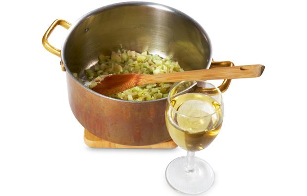 Krok po kroku: mule w winie, kuchnia, kuchnie świata, krok po kroku, Mule w winie - wlej kieliszek białego wytrawnego wina