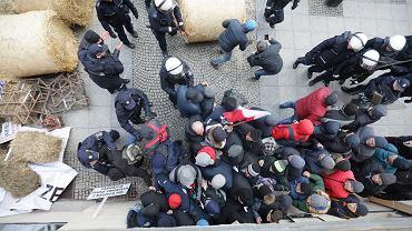 Agrounia blokuje ul. Nowy Świat w Warszawie