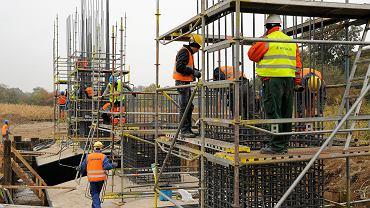 Robotnicy firmy Astaldi na placu budowy drogi S5. Okolice Wrocławia, 14 października 2015